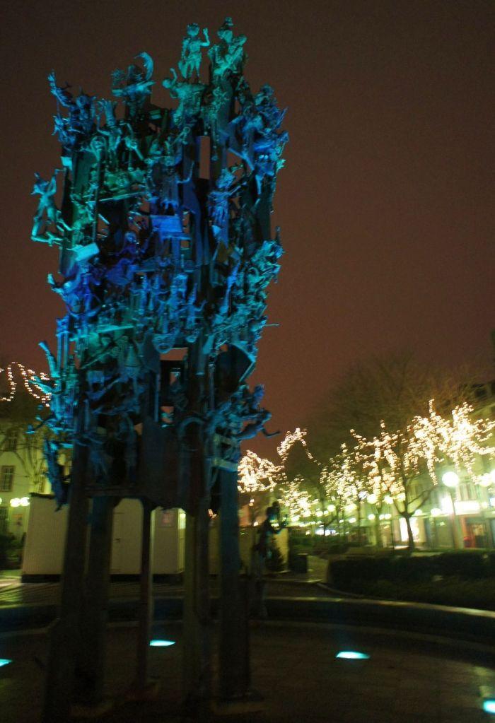 Am Abend: Der Fastnachtsbrunnen auf dem Schillerplatz.