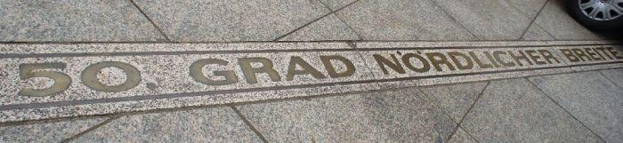 Kartographie in Realität: Der 50. Grad Nördlicher Breite vor dem Theater.