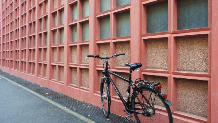 Fahrrad vor der Martinus-Bibliothek in der Grebenstraße.
