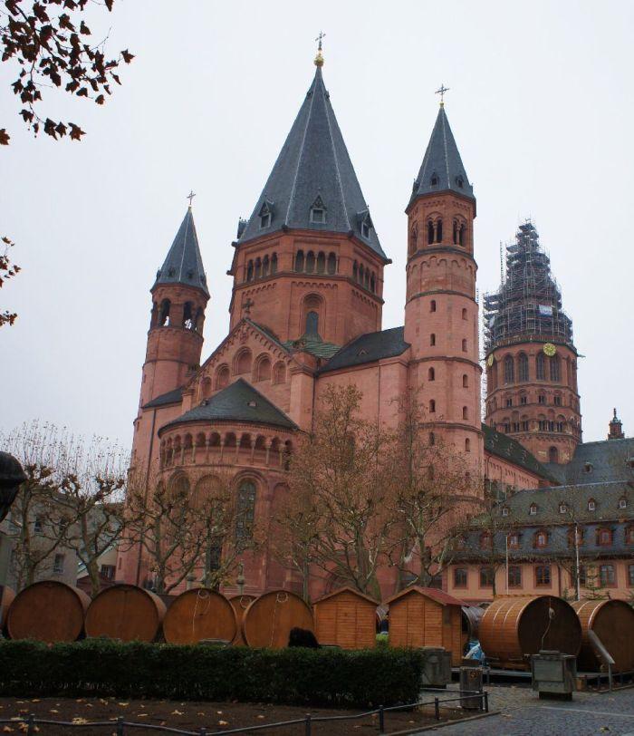 Ansicht des Mainzer Doms vor der Tür des Gutenberg-Museums.
