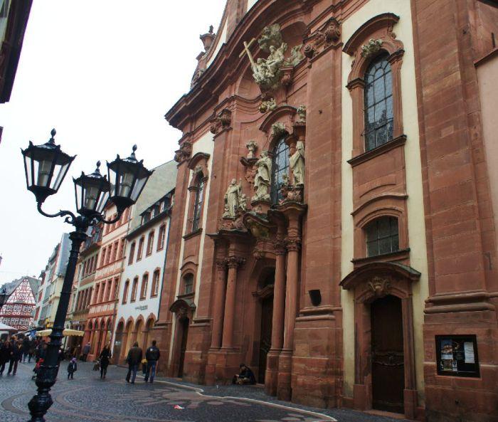 Die Augustinerkirche, die sich wie ein stattliches Haus in die Augustinerstraße einfügt.