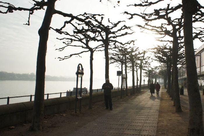 Spaziergänger am Rhein.