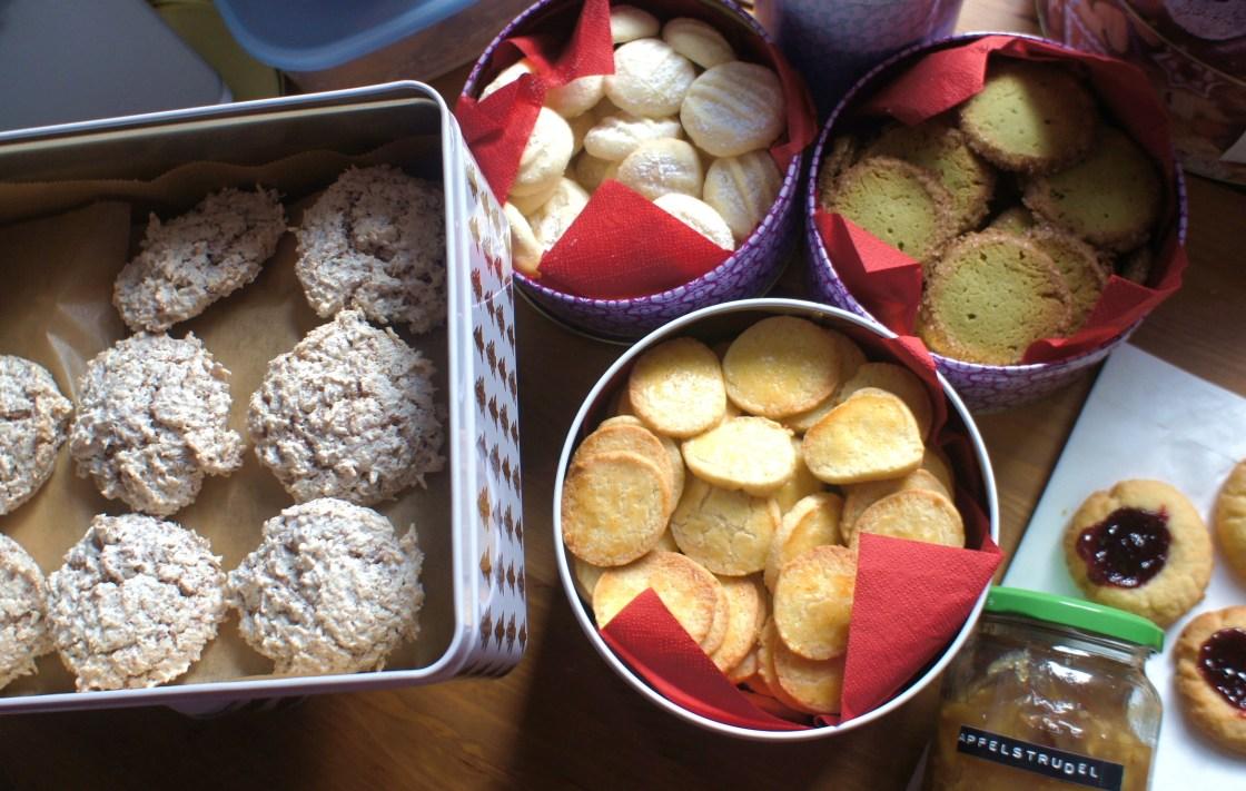 Auswahl der Weihnachtsschickerei an Maike: Kokos-Schoko-Makronen, Schneeflöckchen, Lemon Kisses, Green Tea Cookies, Engelsaugen, Apelstrudelkonfitüre,...