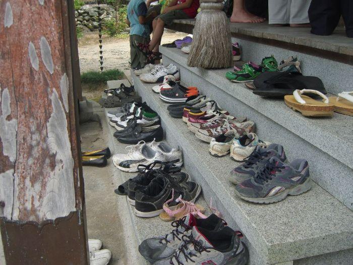 Schuhe auf der Tempeltreppe (c)moinservus!