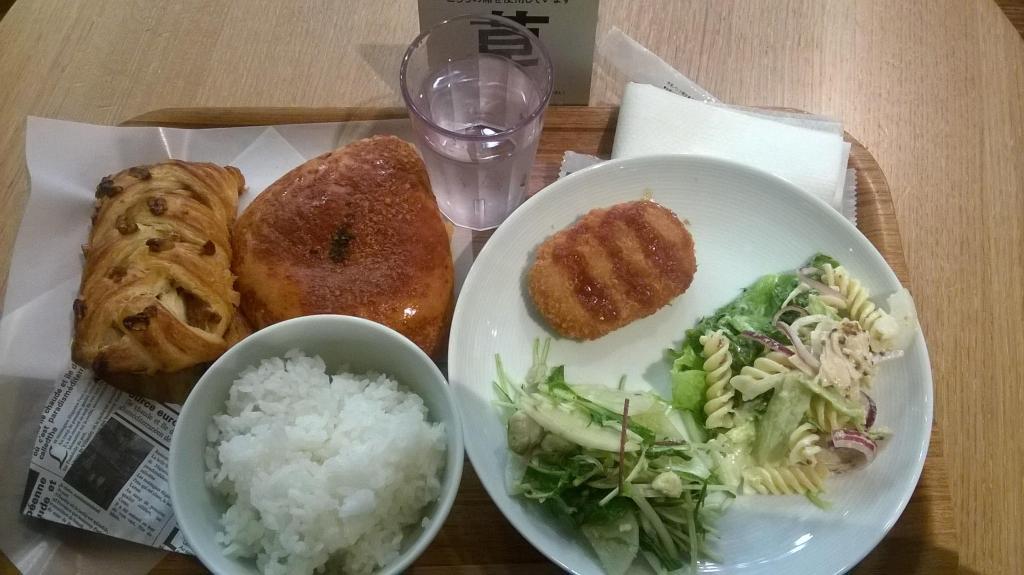 Mein Mittagessen: Dreierlei aus der Bäckerei, Reis und eine 3er Auswahl (man kann zwischen 1 bis 4 Bestandteilen auf seinem Teller wählen): Krokette, Nudelsalat mit Chicken und ein Salat mit Fisch.